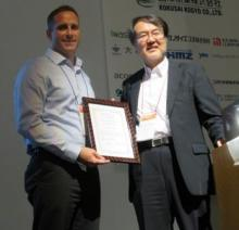 Steven Vick receives prize from Organising Committee Chair Dr Nobuyoshi Yabuki